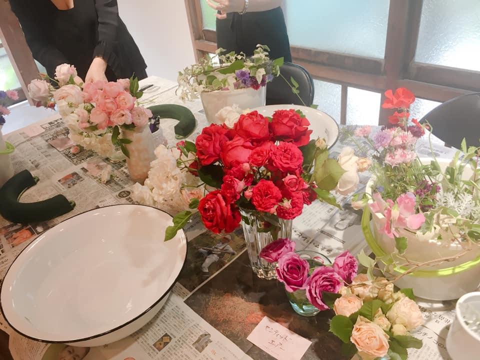 テーブルにはたくさんのお花