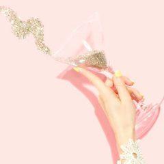 カクテルグラスを持つ女性の手