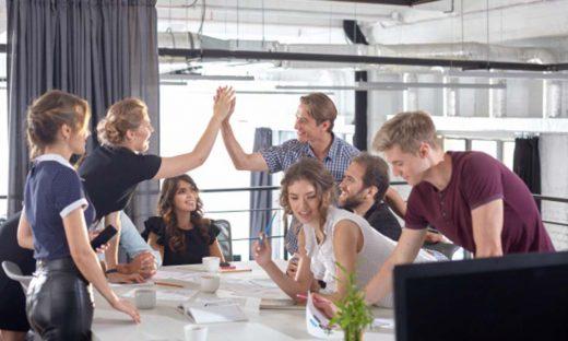 褒める会社内の風景